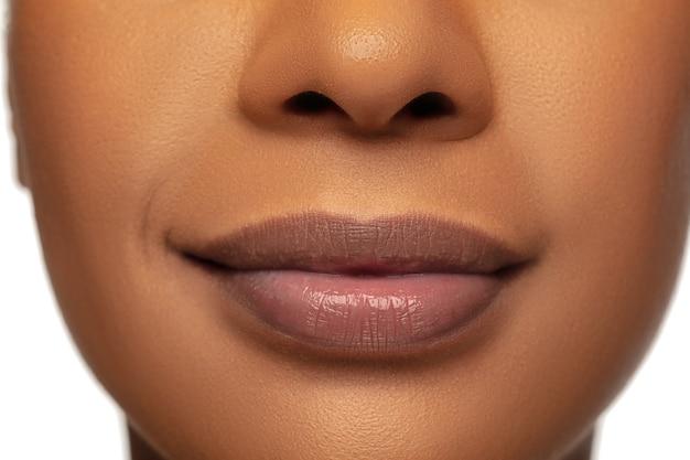 Feche de lábios femininos com maquiagem nude. . beleza, moda, cuidados com a pele, conceito de cosméticos.