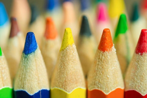 Feche de lápis de cor.