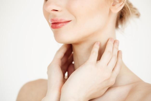 Feche de linda garota macia com pele saudável limpa sorrindo. tratamento facial.