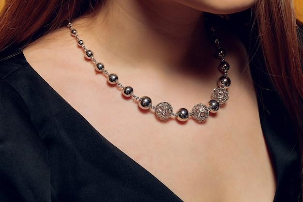 Feche de mãos de mulher estilo boho com joias de prata.