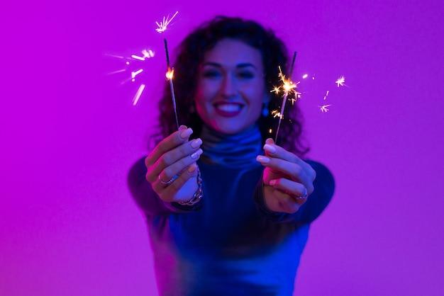 Feche de mãos de mulher segurando estrelinhas. feriado, evento, celebração, diversão.