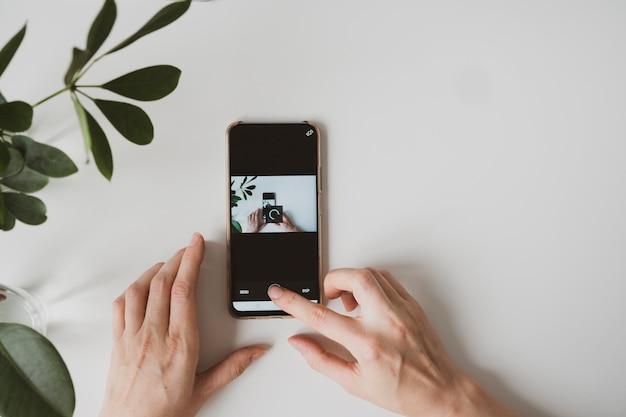 Feche de mãos femininas com smartphone