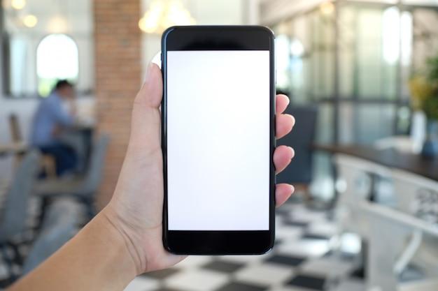 Feche de mãos femininas segurando a tela de espaço em branco da cópia do telefone celular. telefone inteligente com conceito de tecnologia.