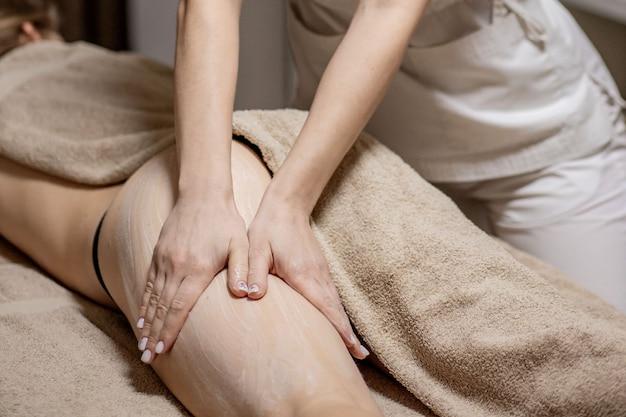 Feche de massagem anticelulite para jovem no centro de bem-estar. problemas do corpo das mulheres. conceito de beleza de queima de gordura de pele perfeita.