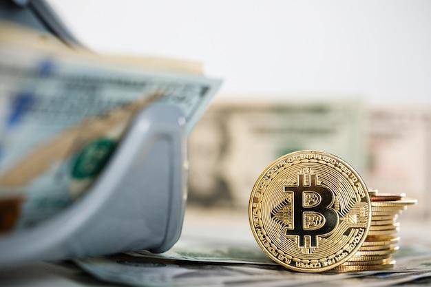 Feche de moedas de criptografia bitcoin e notas de dólar americano. dólares americanos. fundo de dinheiro. moeda de ouro bitcoin criptomoeda