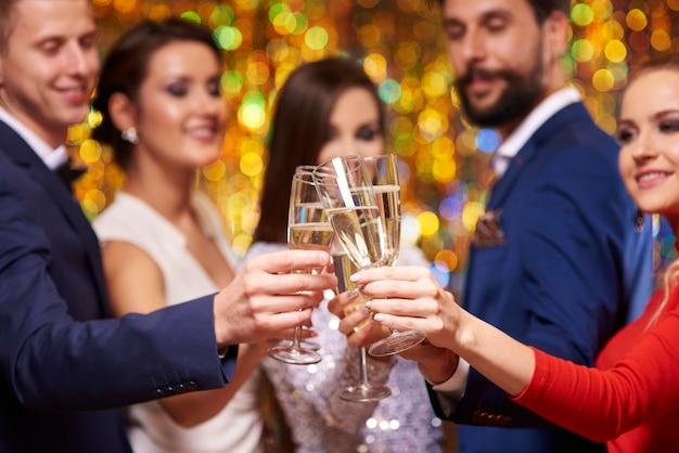 Feche de taças com champanhe