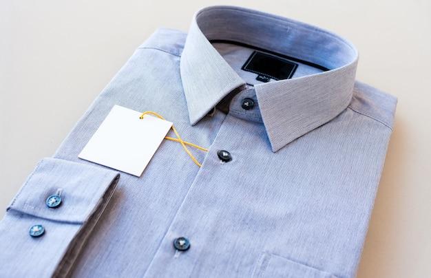 Feche de terno ou camisa formal ou camiseta isolada no branco