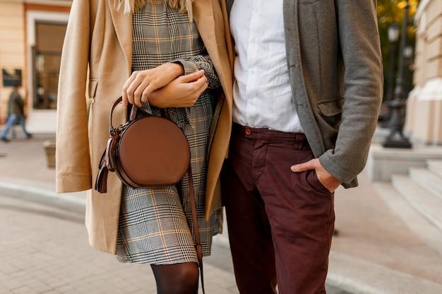 Feche detalhes de moda de homem e mulher elegante. acessórios da moda, vestido casual e terno. casal apaixonado, caminhando na cidade europeia.