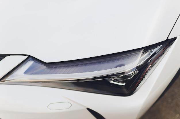 Feche detalhes de um dos carros modernos dos faróis de led.