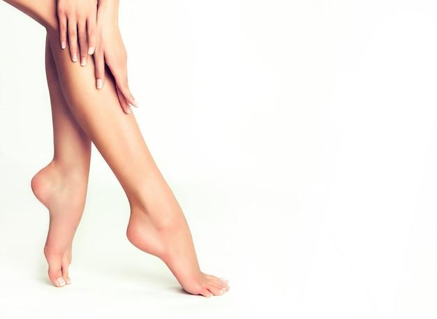 Feche detalhes do corpo humano mulher mãos graciosas, pernas finas e pés bem cuidados beleza e cuidado