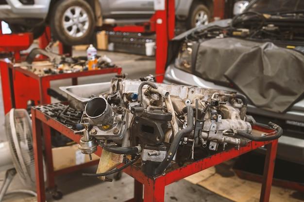 Feche detalhes do motor do carro no centro de serviço