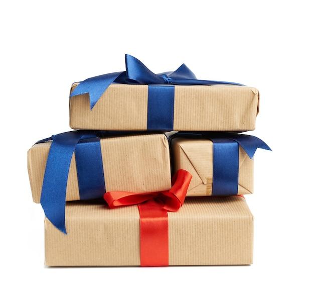 Feche em caixas embrulhadas em papel kraft marrom e amarradas com fita de seda isolada