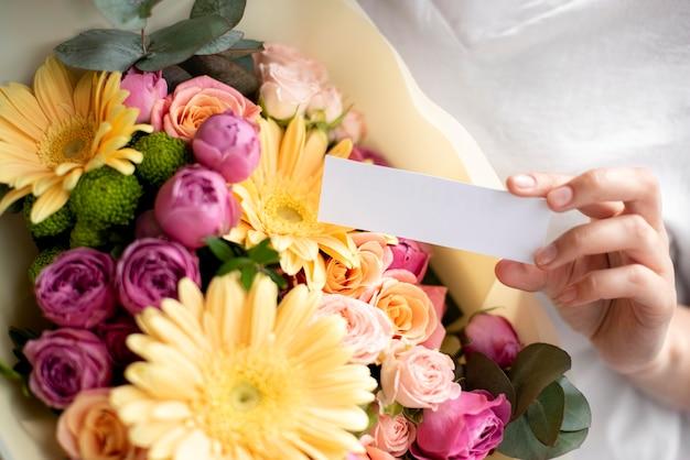 Feche flores de aniversário com um bilhete vazio