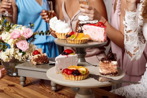Feche foto de bolos e meninas na festa.