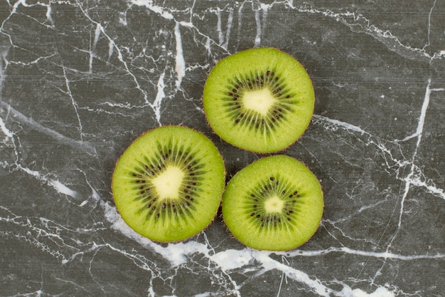 Feche foto de fatias de kiwi orgânico.