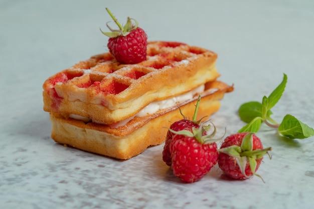 Feche foto de framboesa com waffle fresco.