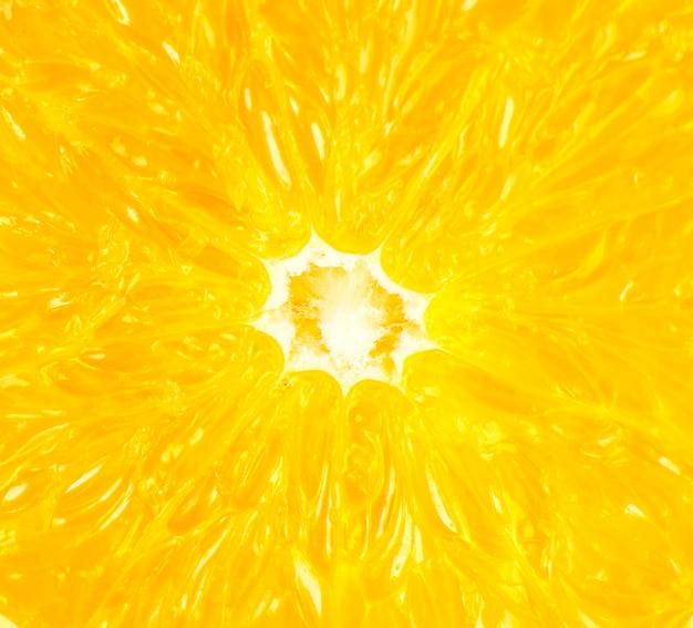 Feche foto de laranja em fundo branco. frutas laranjas cortadas ao meio, dentro, visão macro.