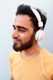 Feche garoto usando fones de ouvido
