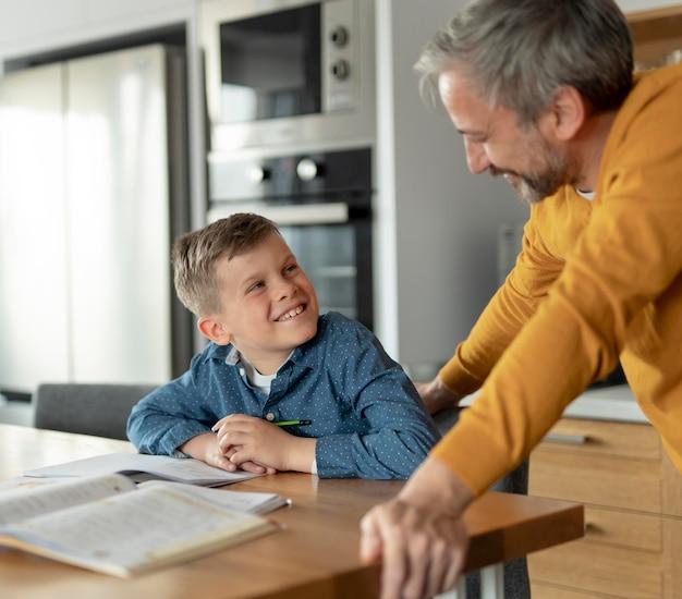 Feche homem e criança sorridente