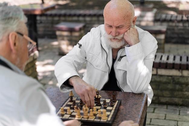 Feche homens jogando xadrez