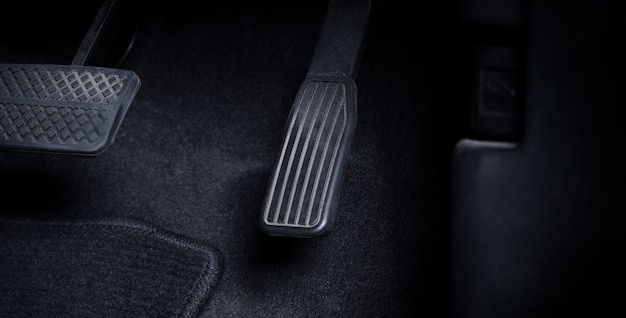 Feche imagens de um homem dirigindo um carro pressionando o pedal do acelerador e do freio com o pé direito preto