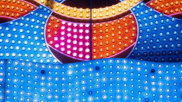 Feche lâmpadas coloridas em formas geométricas