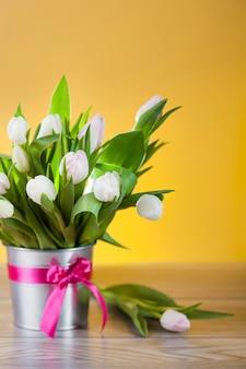 Feche lindo buquê de tulipas brilhantes