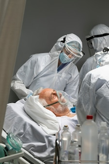 Feche médicos e pacientes com máscara