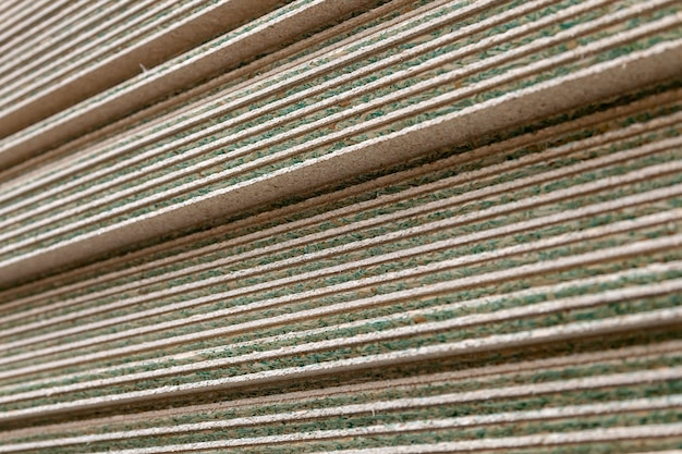 Feche muitas folhas de gesso cartonado ou drywall em um apartamento durante a construção