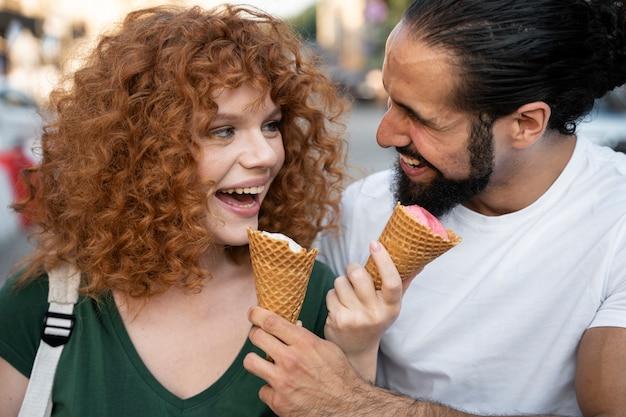 Feche mulher e homem com sorvete