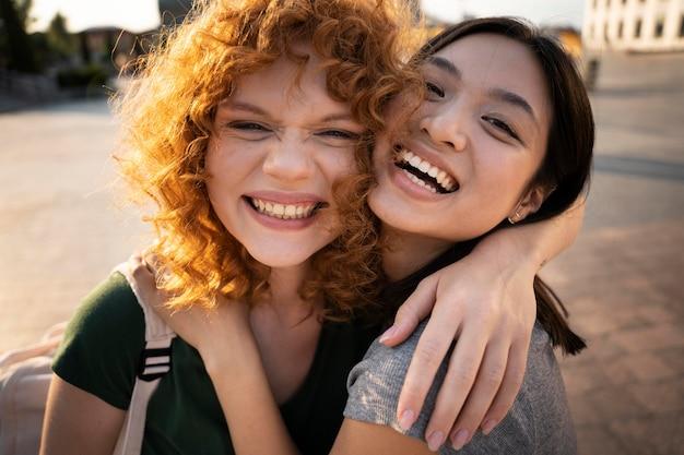 Feche mulheres sorridentes ao ar livre