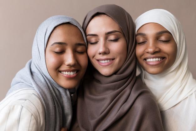 Feche mulheres sorridentes com hijab
