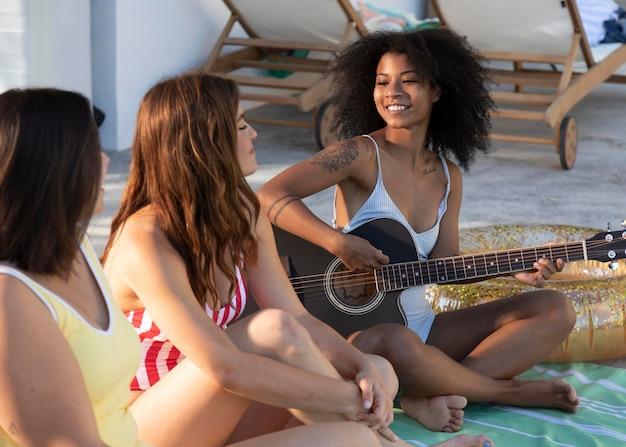 Feche mulheres sorridentes com música