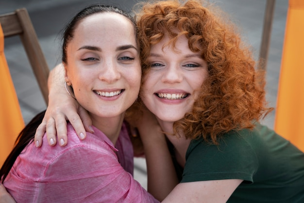 Feche mulheres sorridentes juntas