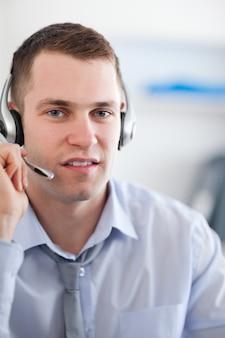Feche o agente do call center ouvindo o cliente