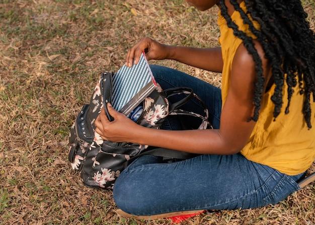 Feche o aluno segurando o caderno