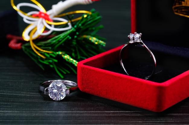 Feche o anel de diamante na caixa de joia vermelha