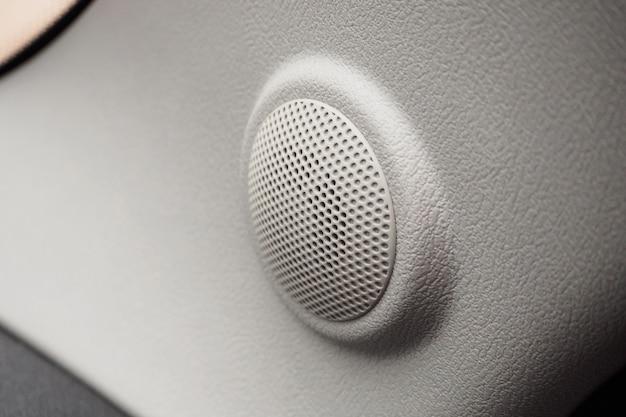 Feche o áudio do alto-falante redondo em um carro moderno