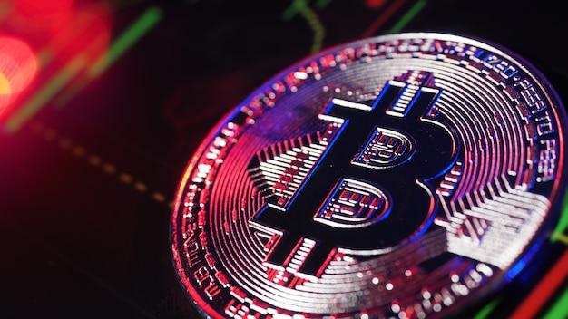 Feche o bitcoin e a barra de gráfico digital do mercado de ações no preto. criptomoeda. crescimento do estoque de bitcoin. investindo em ativos virtuais. plataforma de investimento com gráficos e moeda bitcoin. dinheiro digital.