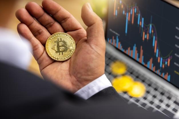 Feche o bitcoin na mão de um comerciante de negócios segurando o lucro da criptomoeda e a renda de investir em ações para trocar criptografia e pagar para comprar no mercado de tecnologia financeira, investidor em e-commerce