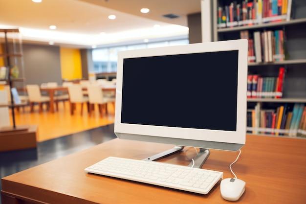 Feche o branco da tela do monitor do computador na mesa