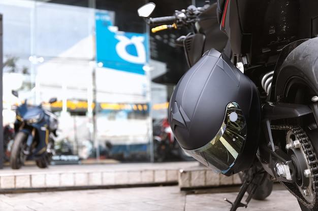 Feche o capacete na motocicleta