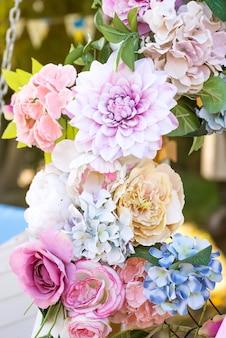 Feche o caramanchão floral para a decoração do casamento.