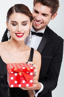 Feche o casal de negócios com o presente. sorridente.
