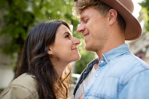 Feche o casal sorridente ao ar livre