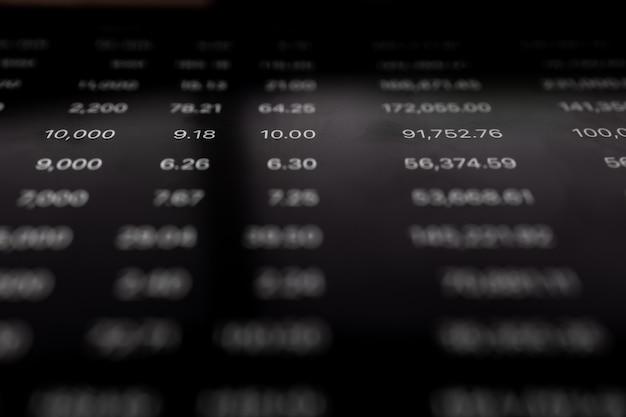 Feche o comércio de volume de ações na tela digital. conceito de gráfico financeiro e de ações.
