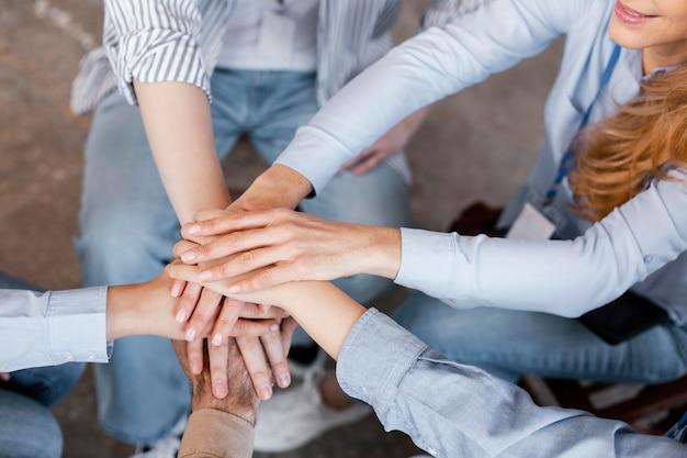 Feche o conceito de terapia de grupo com as mãos