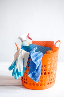 Feche o conjunto de produtos de limpeza domésticos em uma cesta brilhante. meios de manutenção da limpeza.
