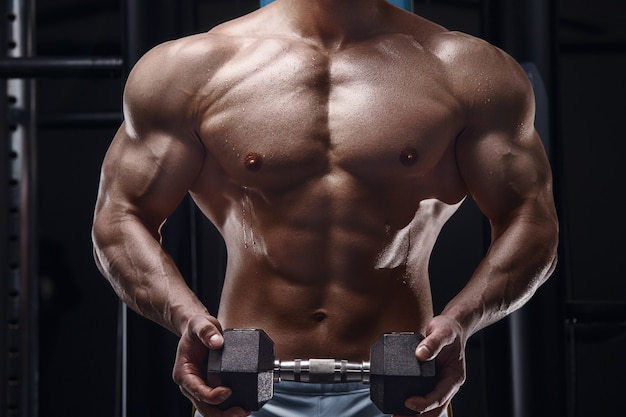 Feche o corpo do homem atlético no ginásio conceito de fitness e esporte de musculação