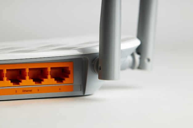 Feche o equipamento de internet wi-fi. painel ethernet colorido em hardware sem fio. conceito de internet